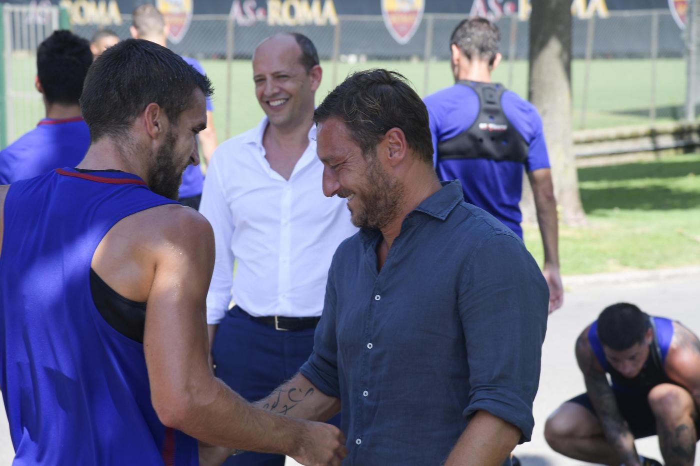 Roma, primo giorno da dirigente per Totti: presente all'allenamento