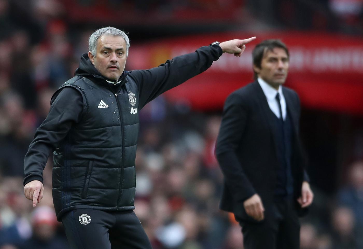 Calcio – Prima di United-Chelsea, arriva la stretta di mano tra i grandi 'nemici' José Mourinho e Antonio Conte: un saluto gelido che conferma la rivalità tra i due. Alla fine a Old Trafford trionfa lo United in rimonta. E i sorrisi sono tutti per lo Special One… - PA/LaPresse