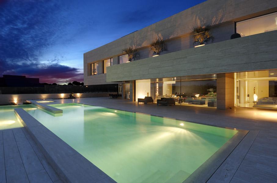 La piscina esterna della casa di Cristiano Ronaldo è lunga 12 metri e forma come un lungo corridoio. Splendida.