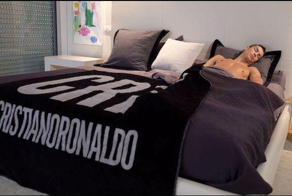 Molti degli oggetti presenti nella casa di Cristiano Ronaldo portano la sigla a lui tanto cara: CR7.