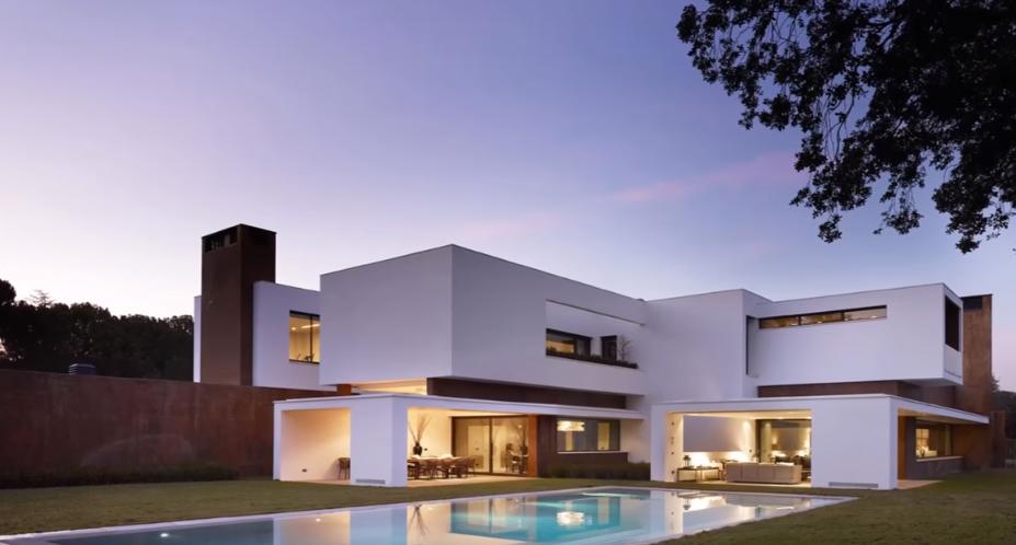 La forma geometrica della casa di Cristiano Ronaldo vista da fuori mostra come il portoghese ami il lusso e le linee semplici e moderne.