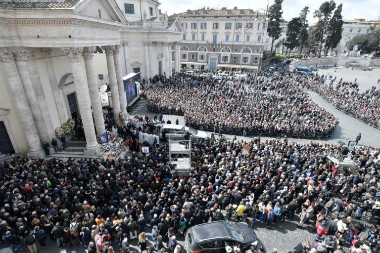 Spettacolo - Si sono tenuti oggi presso la Chiesa degli Artisti a Roma i funerali del compianto presentatore Fabrizio Frizzi - LaPresse