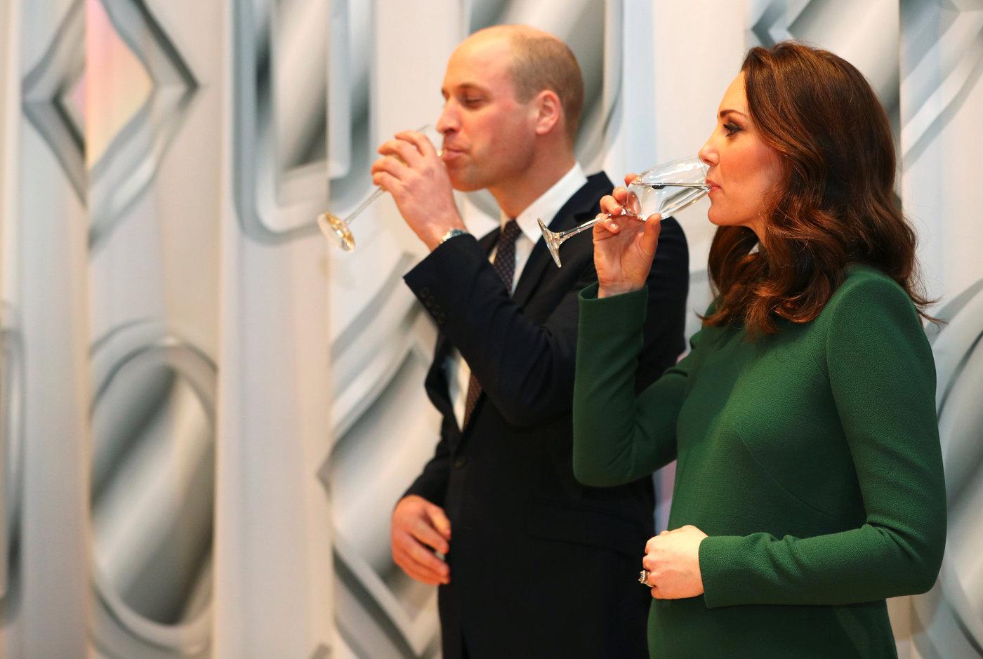 """Altre Notizie - Kate Middleton ed il principe William nuovamente genitori: è nato oggi il terzo """"royal baby"""". E' un maschio e avrà il titolo di Sua Altezza Reale principe di Cambridge (LaPresse/PA)"""