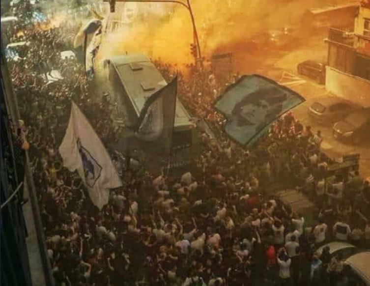 Calcio - Napoli impazzita: Maurizio Sarri ed il suo Napoli sono stati accolti come eroi all'arrivo a Capodichino questa notte, una folla festante ha invaso l'aeroporto