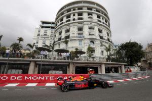 """F1, Ricciardo non si fida di Ferrari e Mercedes: """"sarà una g"""