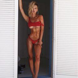 Modella e… surfista: Alexis Ren è irresistibile, scatti scat