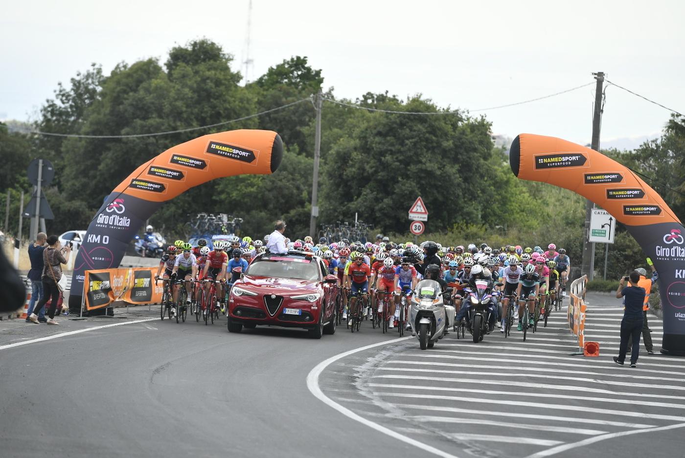 Giro d'Italia: motociclista del servizio d'ordine in gravissime condizioni