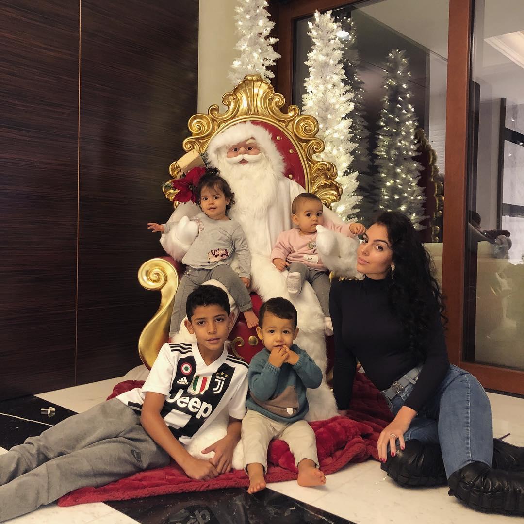 Il primo Natale di Cristiano Ronaldo a Torino: Georgina ed i quattro figli  addobbano casa contribuendo ad un nobile fine [GALLERY]