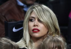 Wanda Nara hot in versione Hello Kitty: dalla vestaglia spun