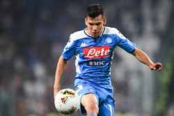 Napoli, infortunio per Hirving Lozano con la Nazionale: esce in barella dopo una brutta entrata sulla caviglia