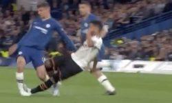 Chelsea-Valencia, bruttissimo fallo di Coquelin: la caviglia di Mount si piega in maniera spaventosa [VIDEO]