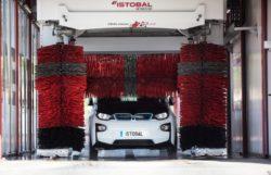 Auto elettriche o ibride – Come lavarle: i consigli dell'esperto