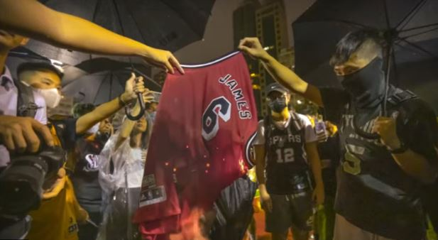Protestanti Hong Kong bruciano magliette LeBron James