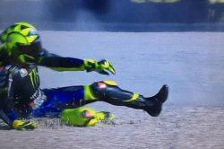 MotoGp    comincia male il week-end per Valentino Rossi    il Dottore assaggia l'asfalto di