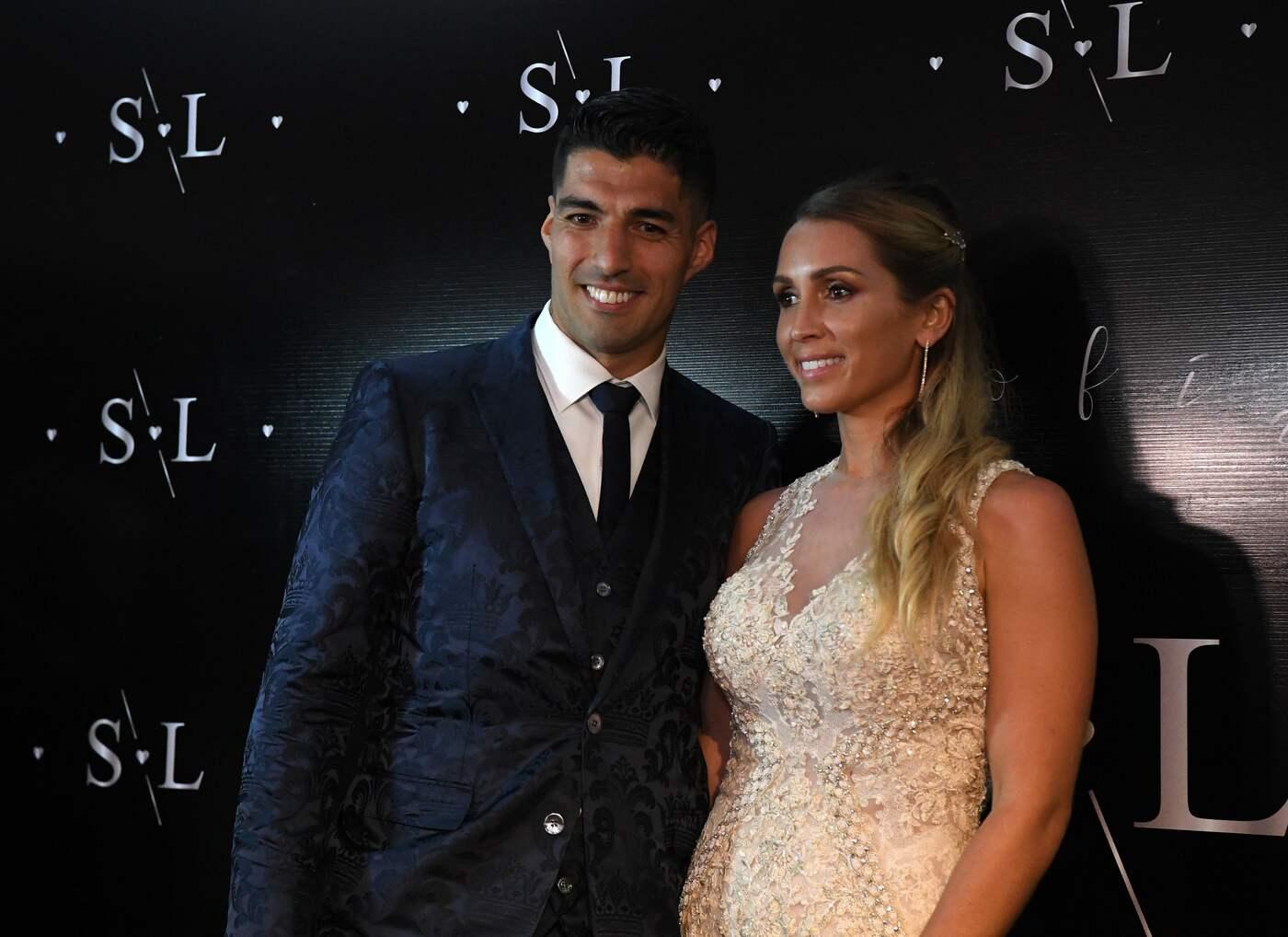 Luis Suarez e la moglie festeggiano 10 anni di matrimonio, mega ...