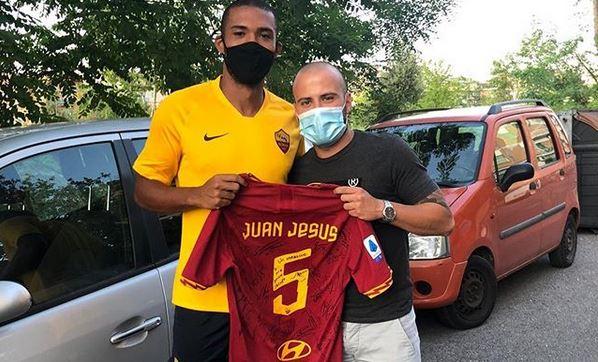 Juan Jesus regala maglia tifoso