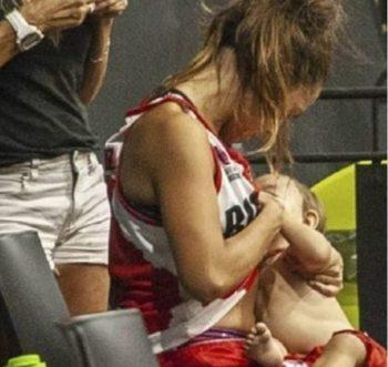 allatta durante partita di basket